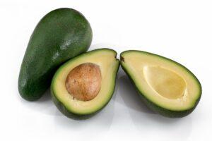 En hel avokado og en avokado delt i to.